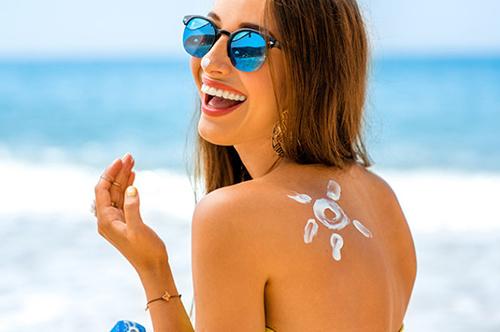 Hãy luôn bảo vệ làn da khỏi những tác hại từ tia cực tím nhé.